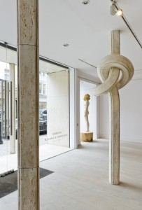 Exhibition view: Shan Hur, Knotted Pillar, 2013 (right); Aron Demetz, Sensa Titolo, 2013 (left)