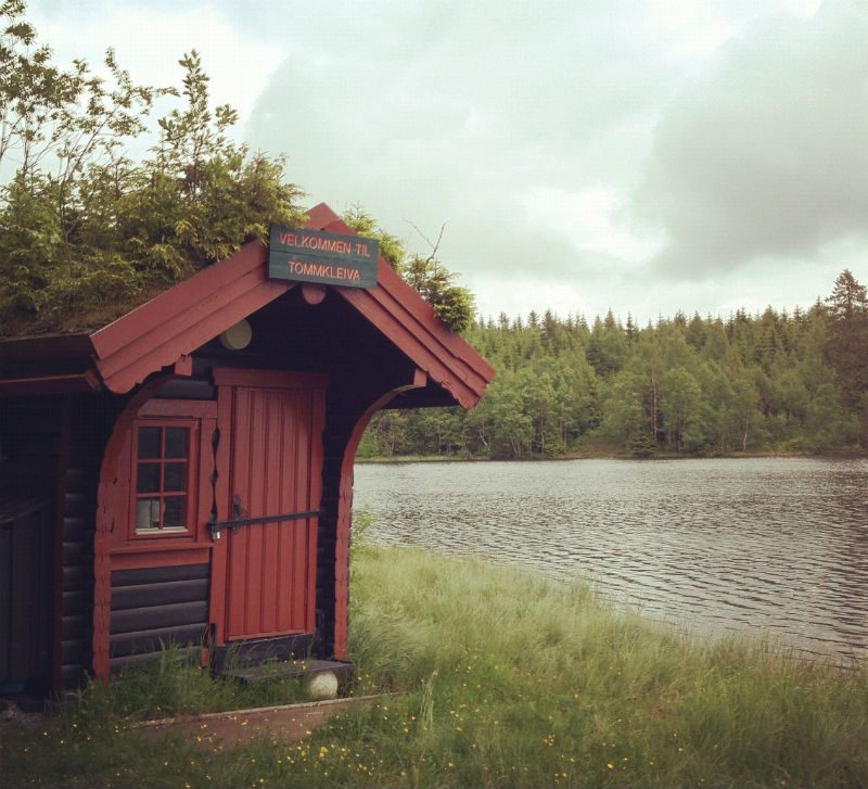 A small lakeside cabin near Tryvann