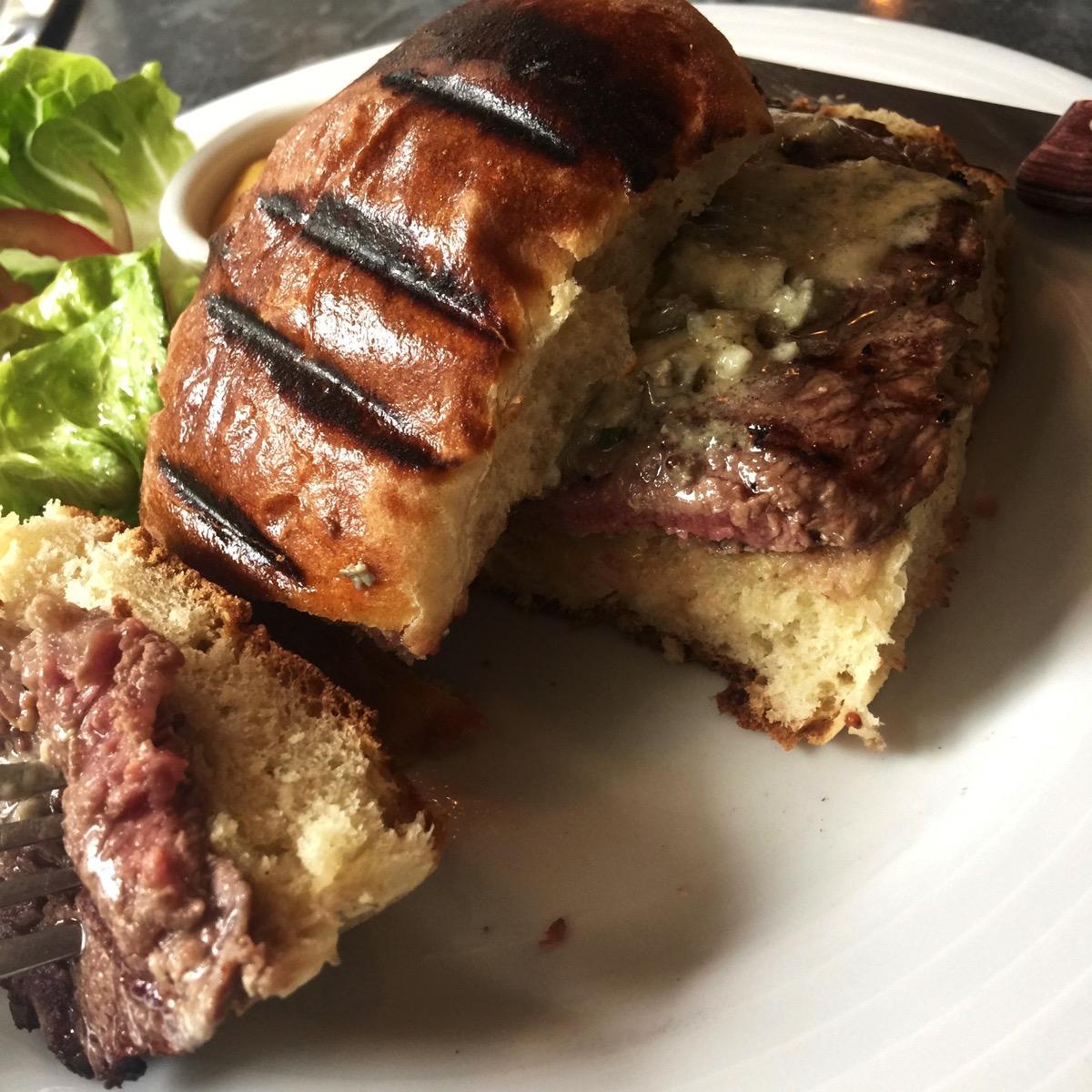 リブアイステーキのブリオッシュロール