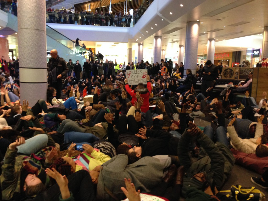 Solidarity die-in at Westfield shopping centre in London in so© IRR News