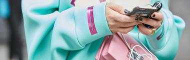 Różowa listonoszka pasuje do turkusowego płaszcza