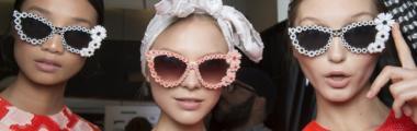modny dodatek okulary przeciwsłoneczne z aplikacją