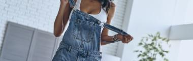 jeansowe ogrodniczki jak nosić