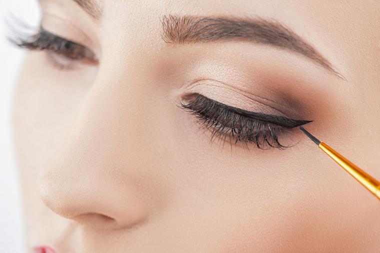 Makijaż oka eyelinerem jest bardzo seksowny