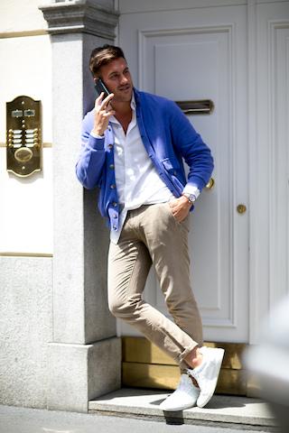 Białe buty połączone z klasyczną koszulą i niebieskim swetrem
