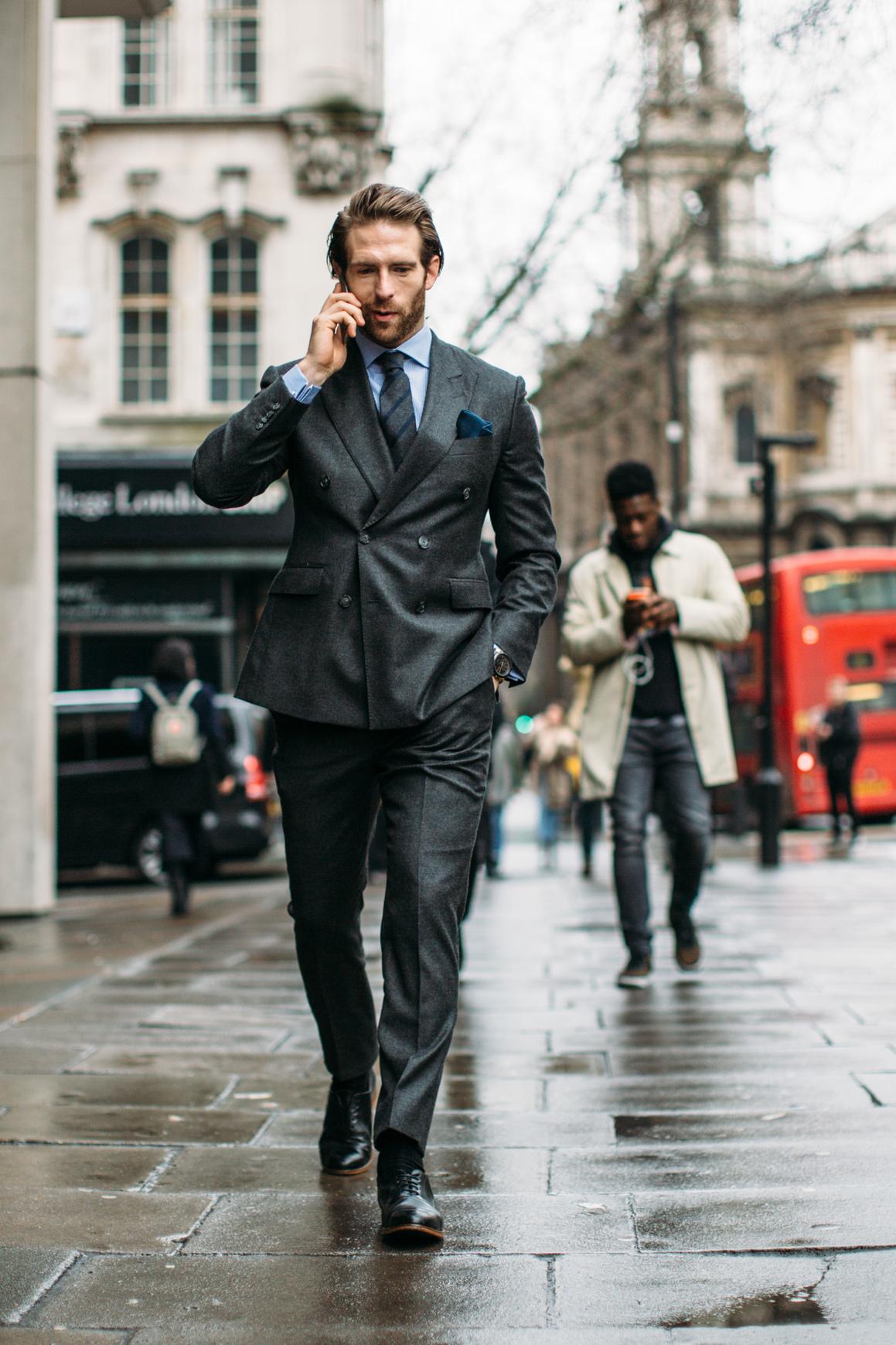 Gładki garnitur idealnie podkreśla perfekcyjną sylwetkę