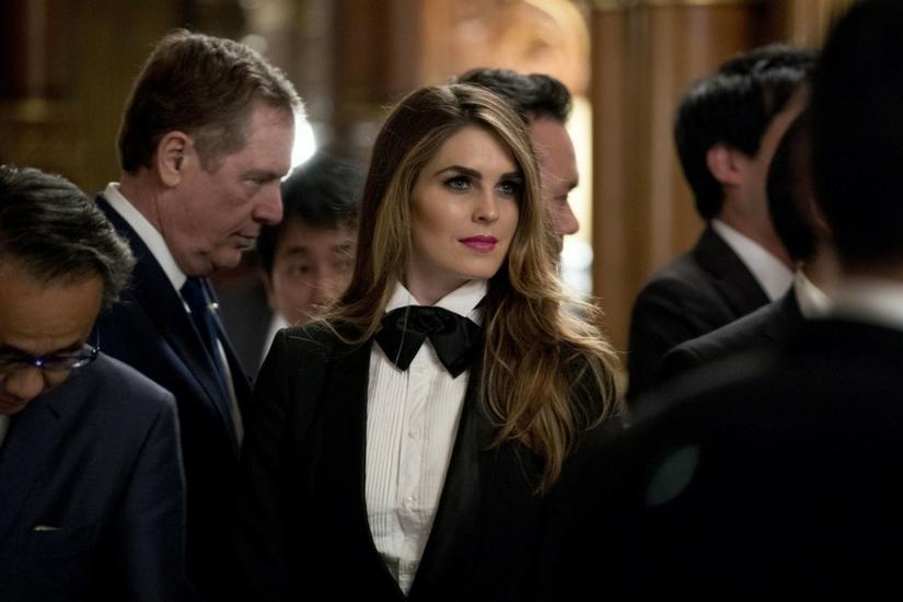 Hope Hicks w smokingu