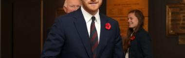 książę harry w garniturze