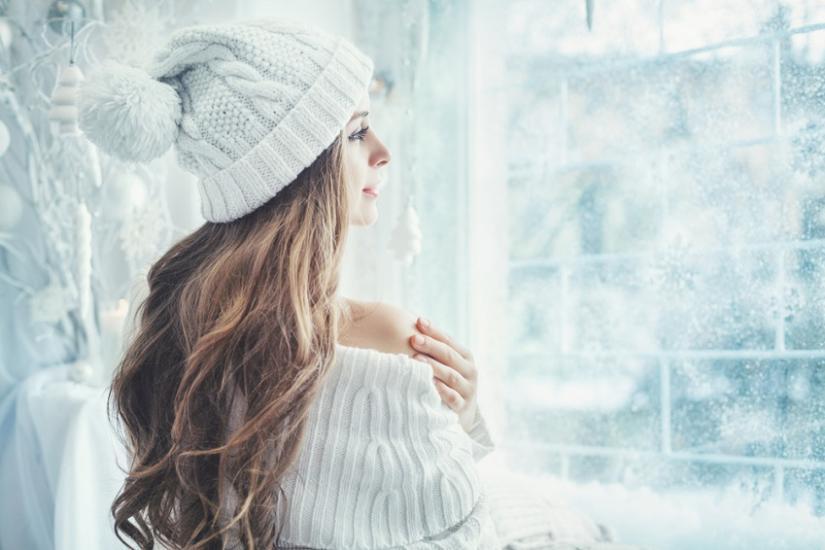 włosy pod czapką