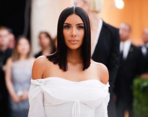kim kardashian ciemne włosy