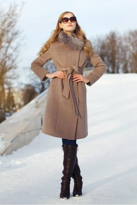 Elegancki beżowy płaszcz o klasycznym kroju