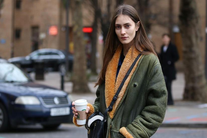 Modne płaszcze z wyprzedaży – zobacz, jakie modele warto kupić