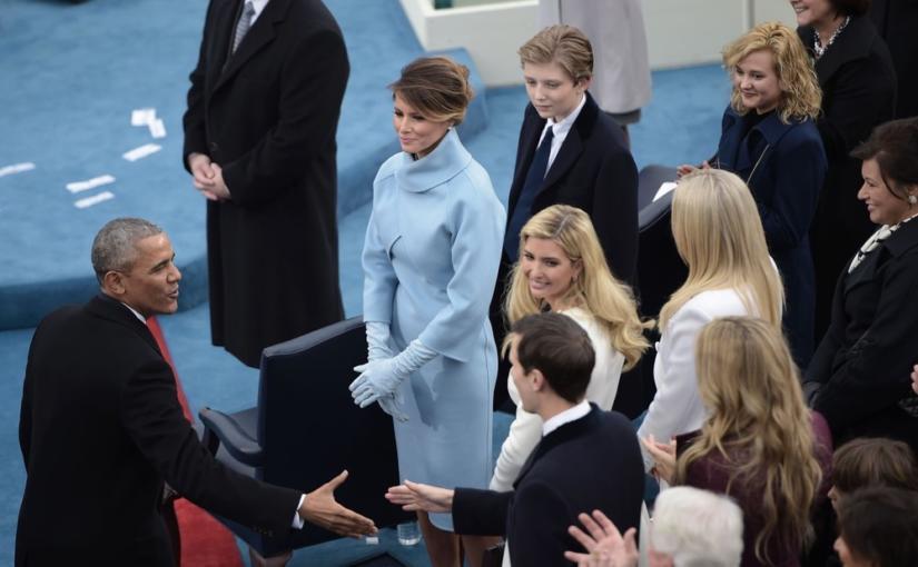 Melania Trump, Brigitte Macron oraz Kate Middleton często wybierają niebieskie stylizacje