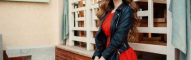 czerwona sukienka jakie dodatki