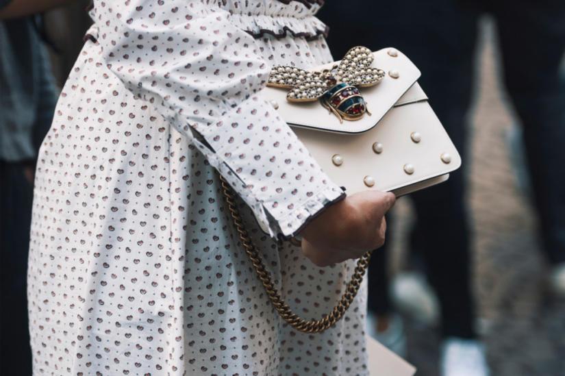 Biała torebka to dość odważny wybór