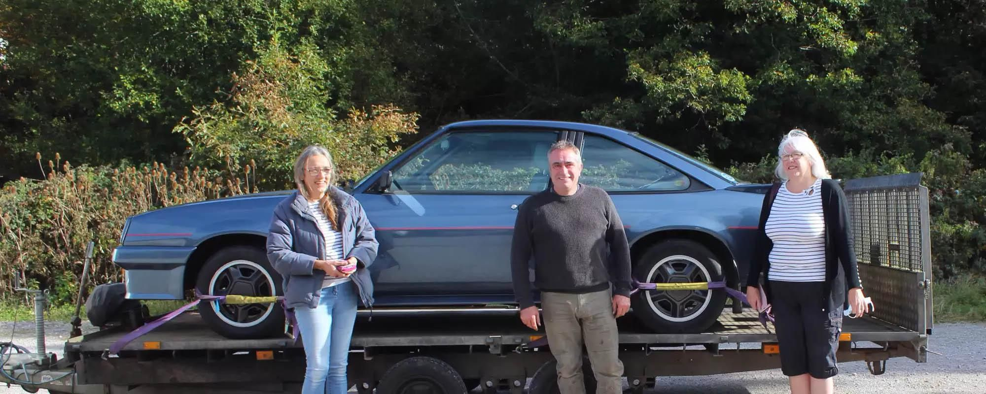 The original owners and the new owner of the Manta meet at the museum.
