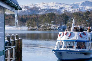 A launch leaving a frosty Ambleside (Waterhead) Pier