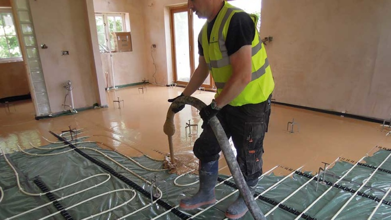 Pouring liquid screed