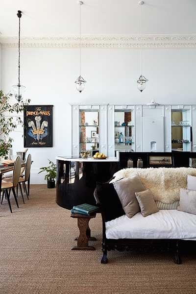 Black gloss kitchen in flat renovation