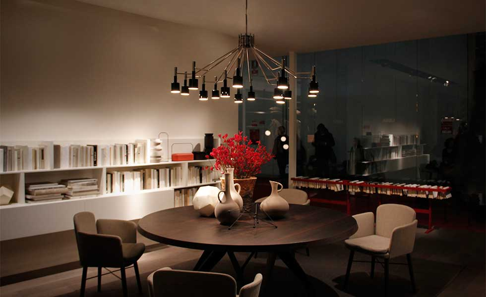 Mid century modern dining room with central pendant
