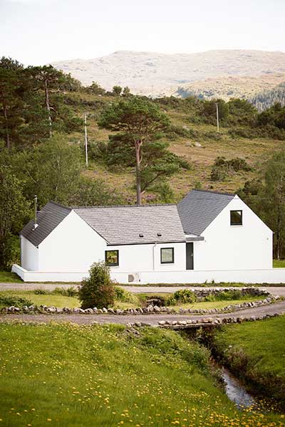 The exterior of the single-storey house built in the Scottish Highlands
