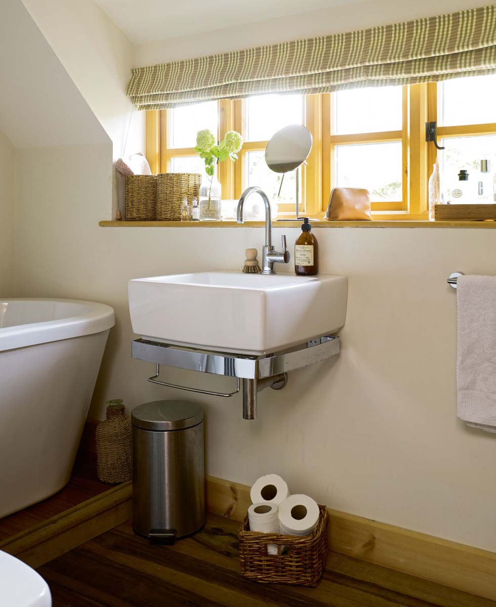 Wll-hung sink in the bathroom