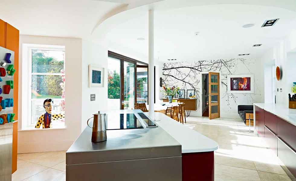 Curved kitchen extension for a family art deco home