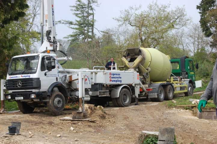 Cement mixer delivering the screed