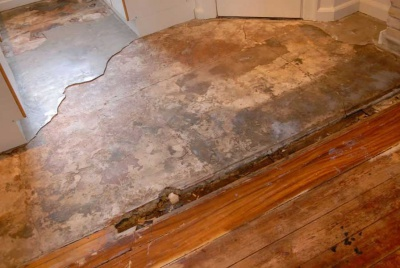 Solid floor with damaged screed