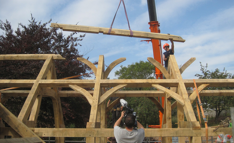 craning-in-oak-frame-to-structure