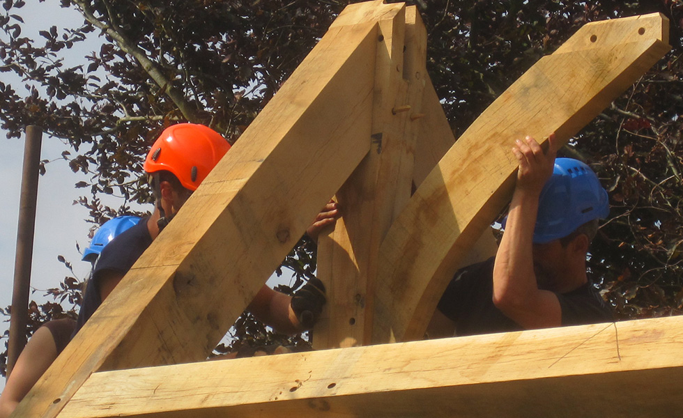 men-put-trusses-oak-frame-together