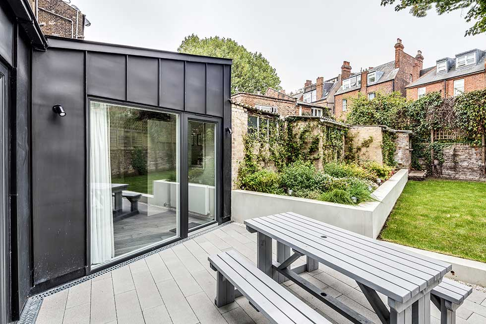 Zinc-clad extension with patio