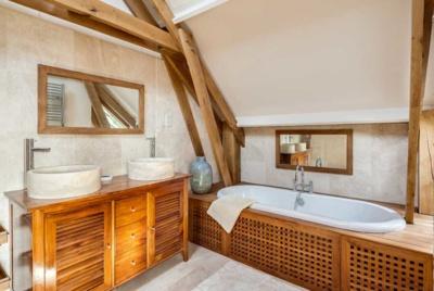 En suite bathroom with louvre doors and pont de bateau