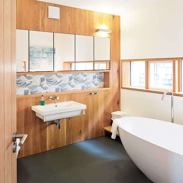 Timber-clad-wall-in-spacious-bathroom