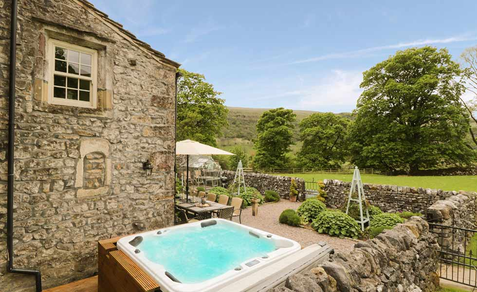 skyes cottages holiday let exterior hot tub