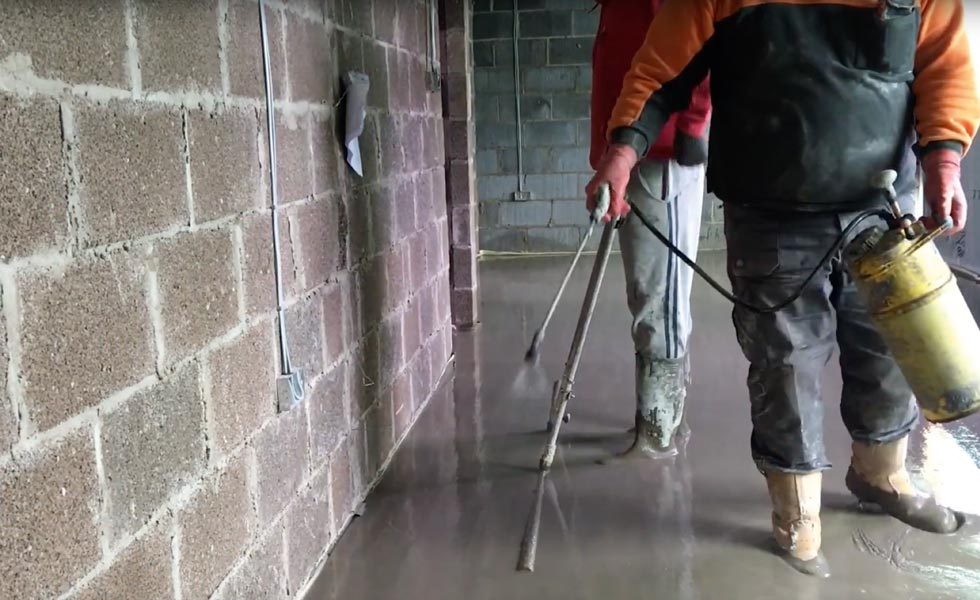 Installing underfloor heating - treating the screed