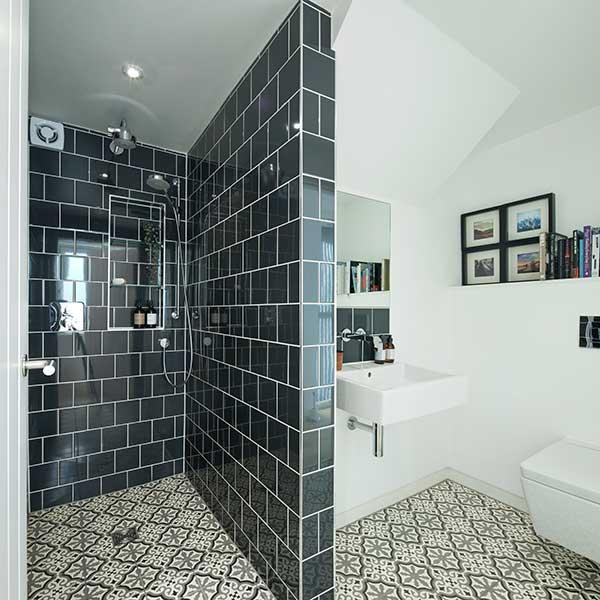 modern-monochrome-bathroom-in-former-coach-house