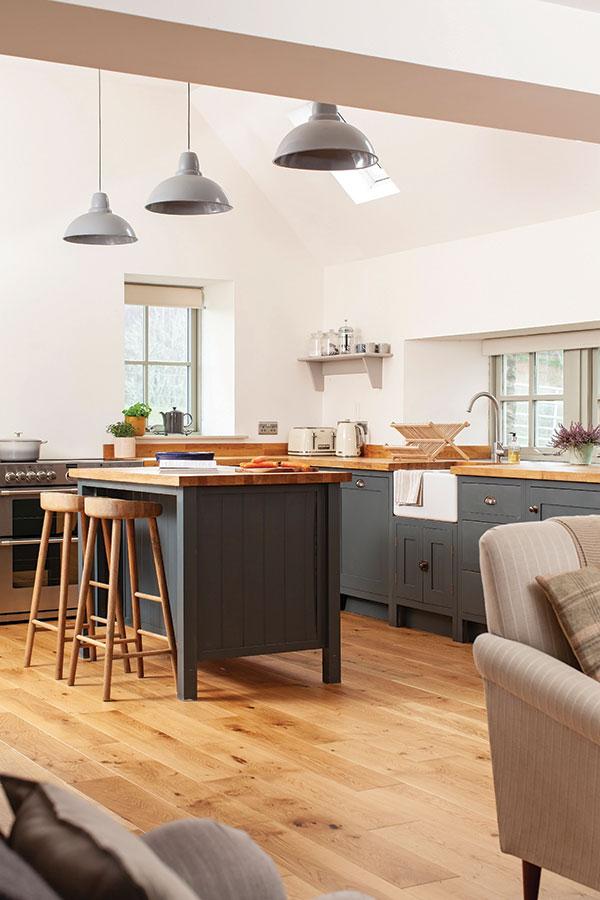 kitchen with breakfast island