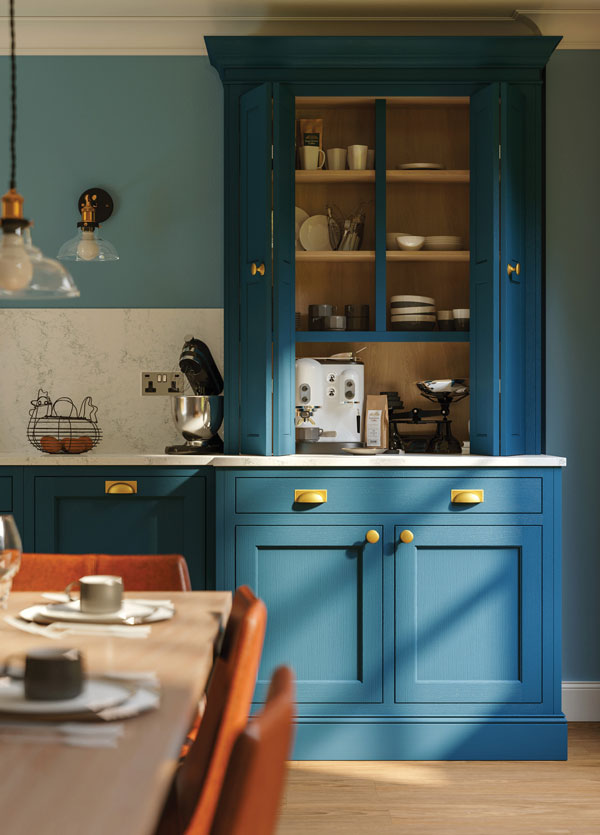Metallic accents on coloured kitchen furniture