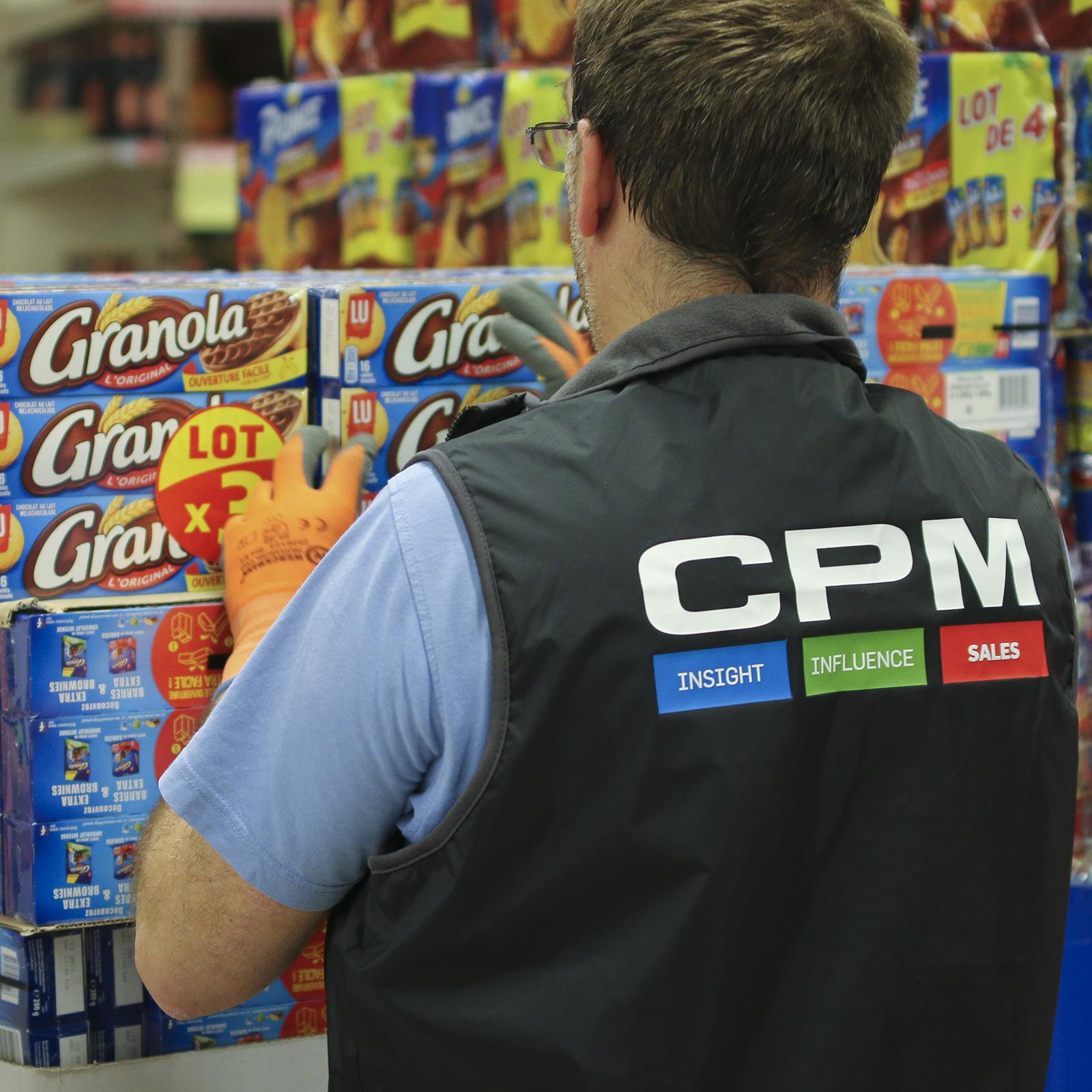 Merchandiseur sur une opération de merchandising pour Mondelez