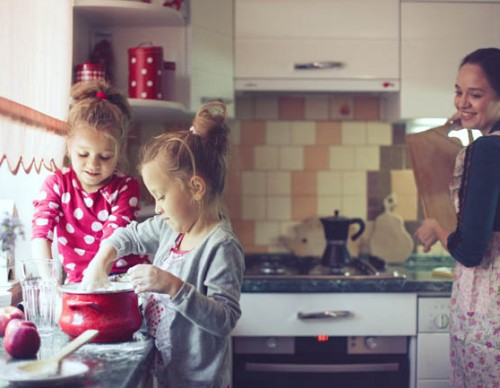 Girls-cooking-with-mum