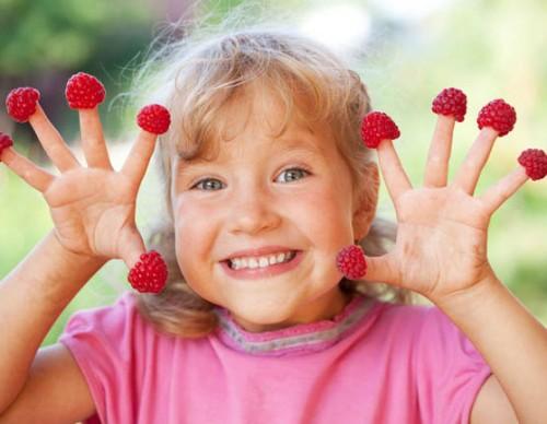 girl-raspberry-fingers