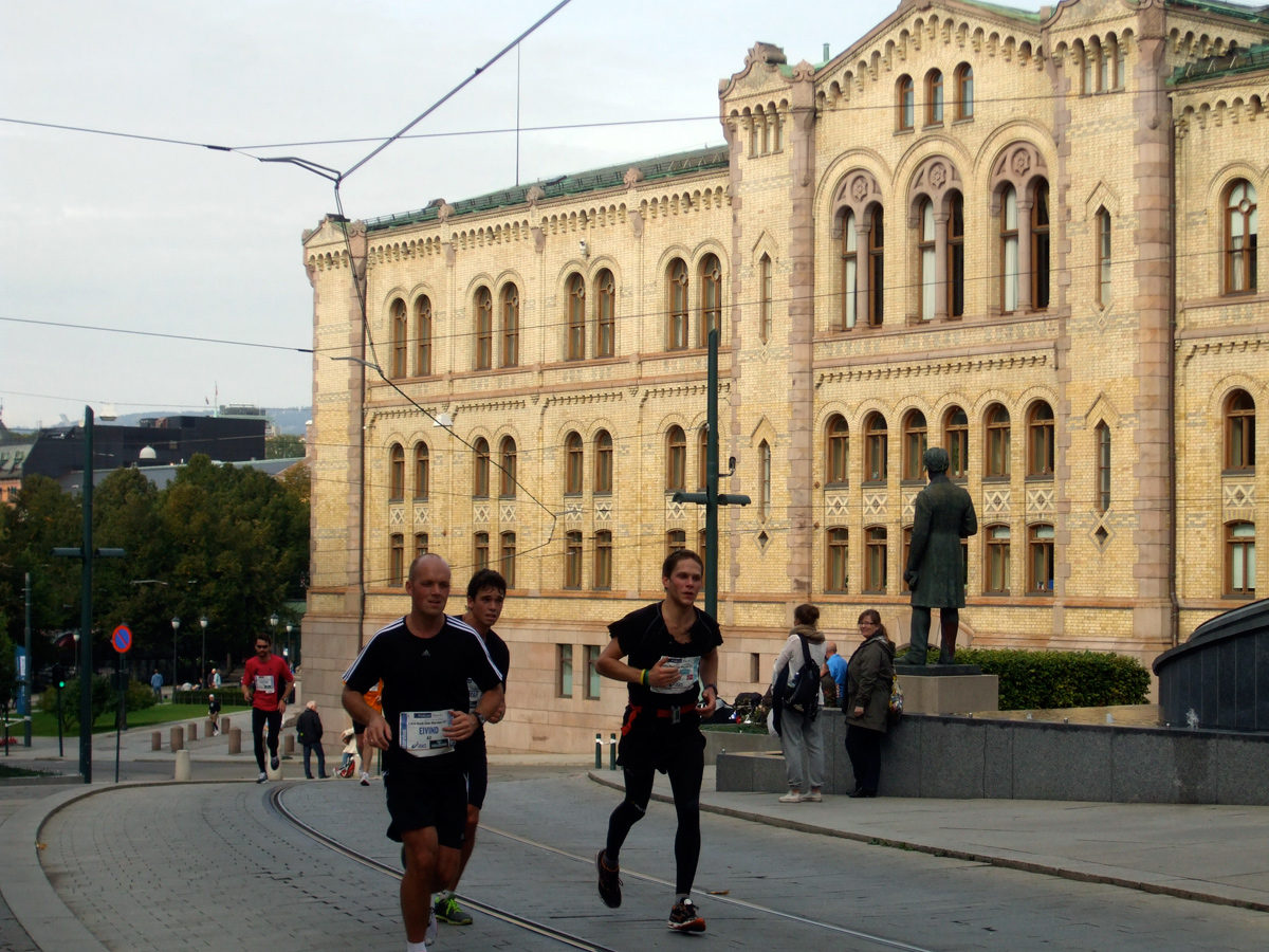 Oslo Marathon runners passing the Norwegian Parliament