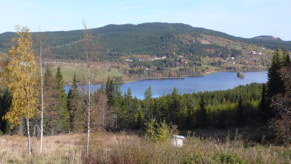 View of the lake, highest mountain in Landåsbygda (Venholhøgda) and part of the Landåsbygda community.