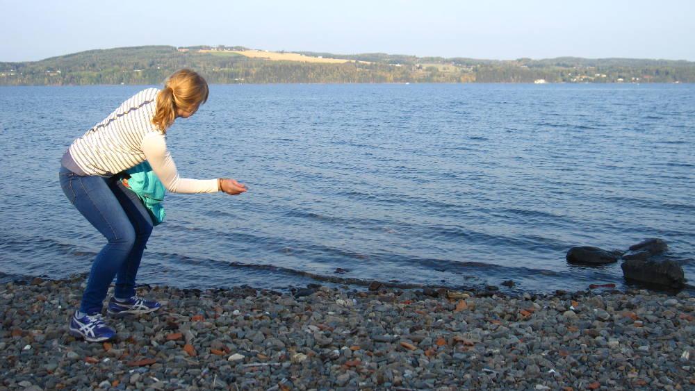 Skimming stones on the Mjøsa.