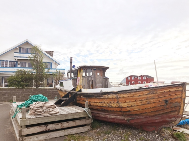 A fishing boat and house in Røstlandet