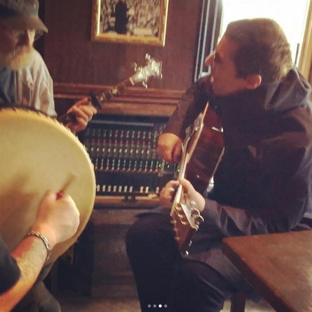 'Awesome' Liam Gallagher plucks with the Irish in impromptu pub show