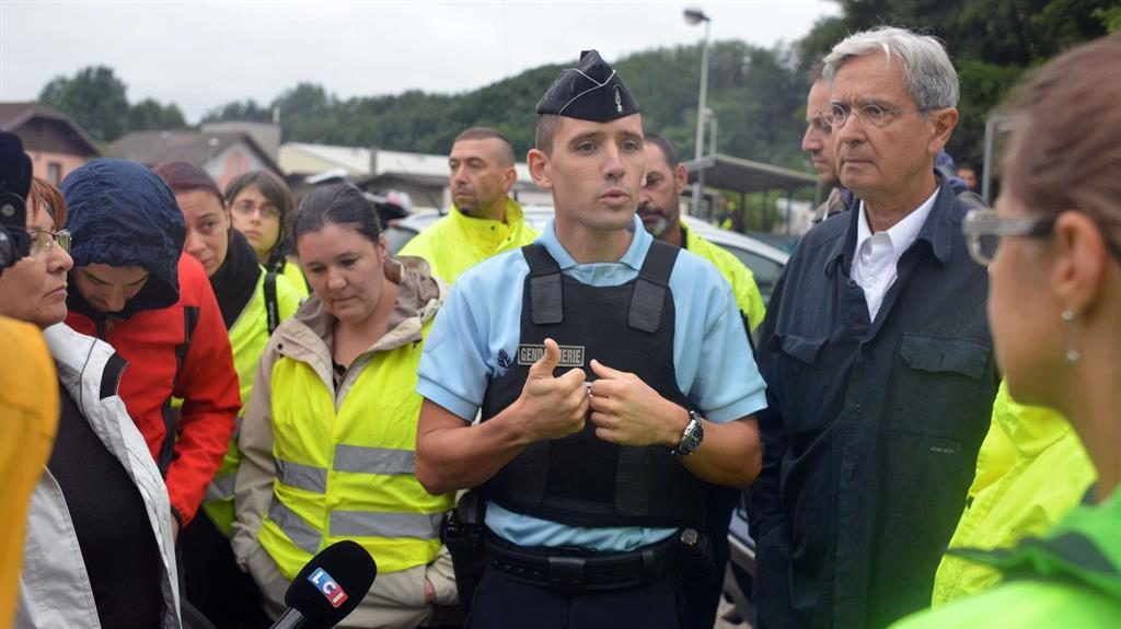 Woodland search: A policeman talks to reporters in Pont-de-Beauvoisin PICTURE: REX