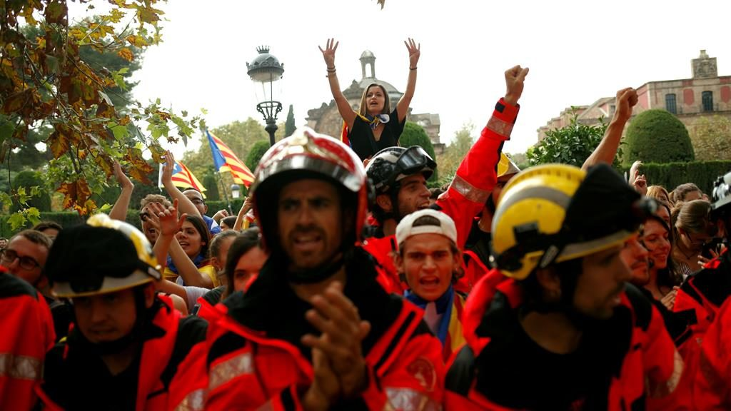 Spain rivals dig in as Catalonia crisis hits banks