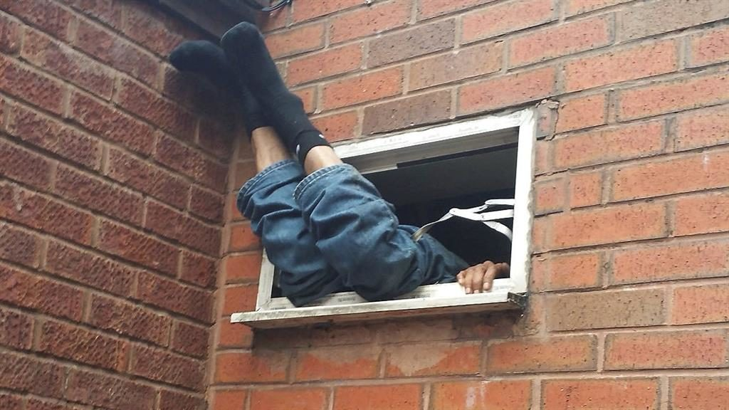 Burglary suspect caught on camera in a tight spot